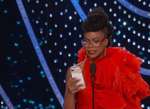 Nhà thiết kế Hannah Beachler đọc bài phát biểu trên điện thoại.