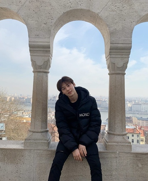 Hwang Min Hyun ngoài đời thường không cần tút tát vẫn quá sức bảnh trai. Anh chàng có thân hình cao ráo, khuôn mặt nhỏ và làn da trắng trẻo.