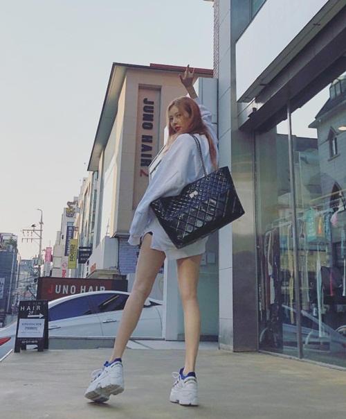 Hyun Ah khoe chân thon dài trên phố với chiếc quần siêu ngắn. Cô nàng thích kiểu giày thể thao hầm hố, độn đế ngất ngưởng.