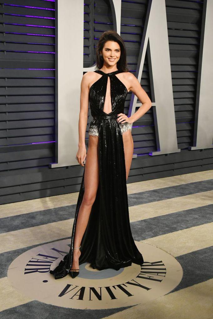 <p> Tại buổi tiệc thường niên hậu Oscar do tạp chí Vanity Fair tổ chức, Kendall Jenner thành tâm điểm chú ý với bộ váy hở hang gây sốc.</p>