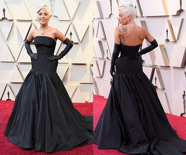 Trang phục hở lưng giúp Lady Gaga khoe loạt hình xăm gợi cảm.