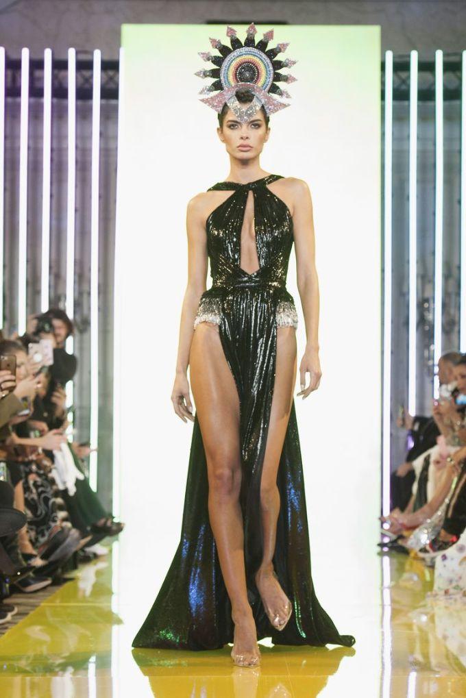 <p> Đây là một sản phẩm của NTK Rami Kadi, vừa được trình diễn tại Paris Fashion Week Xuân Hè 2019. Nó được đính cườm và pha lê ở hông.</p>