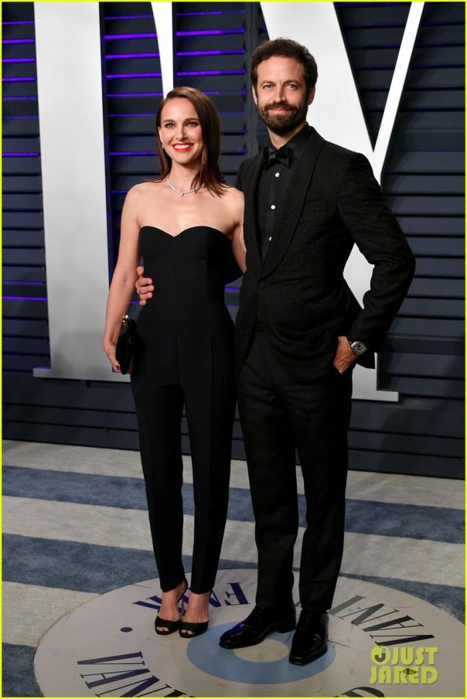 <p> Natalie Portman diện bodysuit hở vai, sánh đôi cùng chồng Benjamin Millepied.</p>