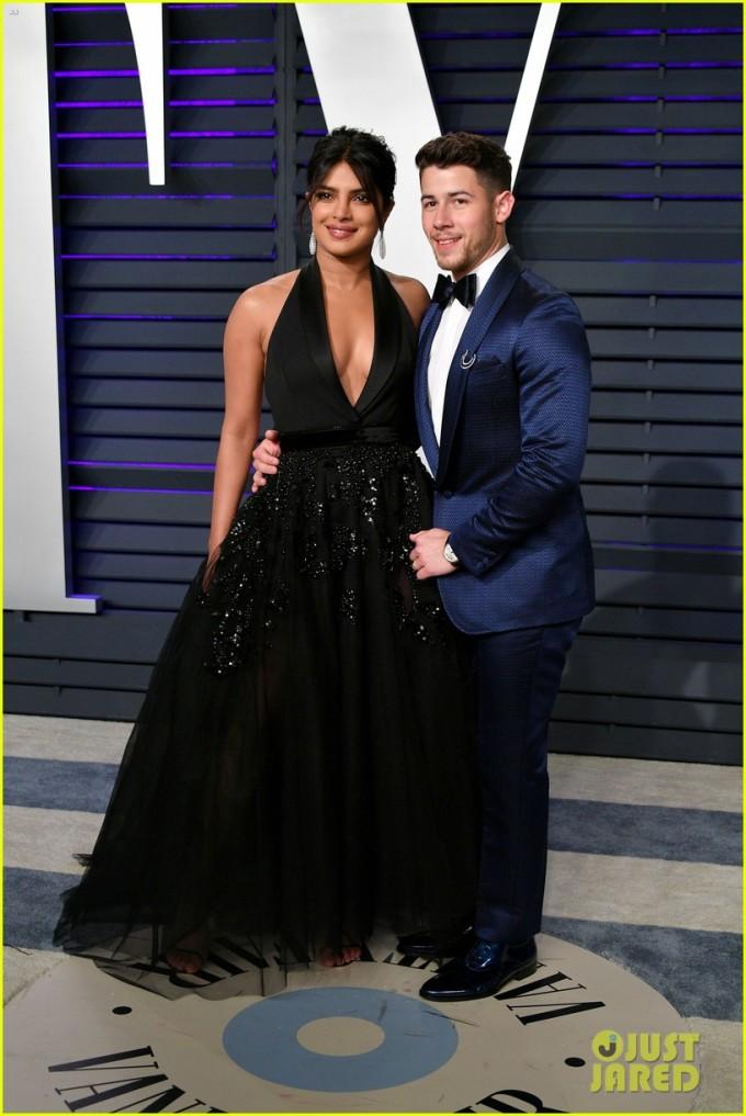 <p> Nick Jonas dự tiệc cùng bà xã Priyanka Chopra. Sau khi kết hôn, cặp đôi luôn sánh vai nhau tình cảm khiến công chúng ngưỡng mộ.</p>