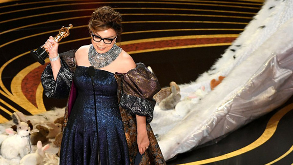 Nhà thiết kế Carter nhận tượng vàng với bộ trang phục ấn tượng.