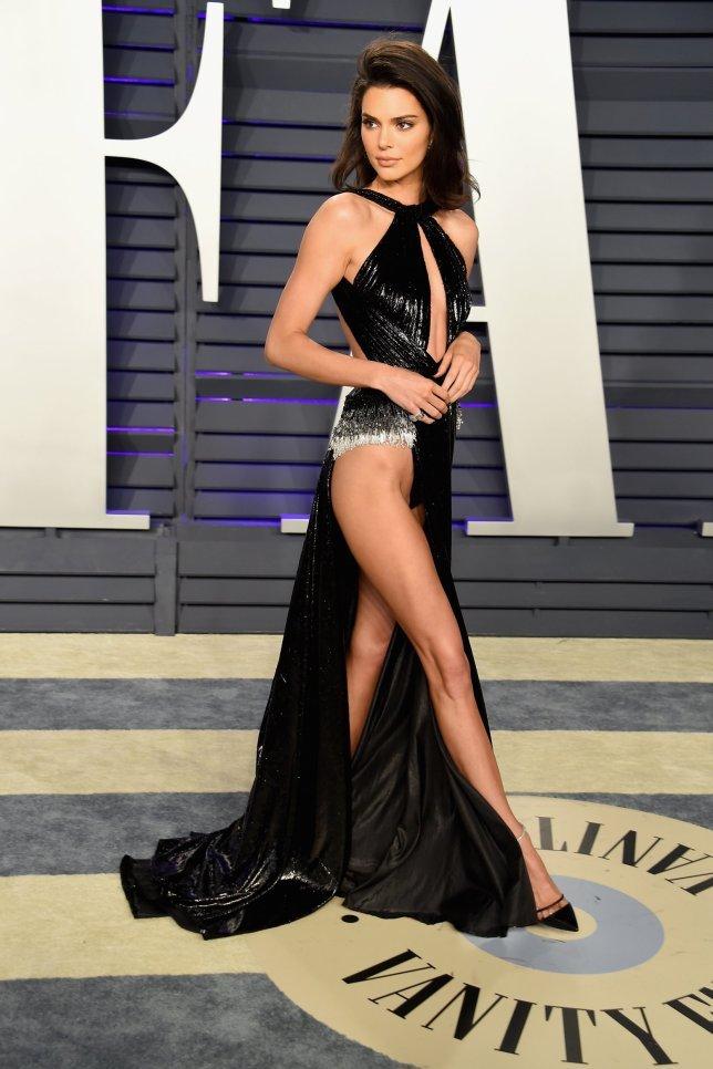 <p> Tuy nhiên ở góc nghiêng, bí mật sau chiếc váy của Kendall được tiết lộ. Thực chất nó có thiết kế đặc biệt với phần tà dài phía trước, lớp trong là kiểu nội y siêu nhỏ, đủ che chắn nhưng khó lộ ra trước ống kính.</p>