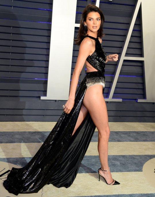 <p> Người đẹp nhà Kardashian gây nơm nớp mỗi khi bước đi. Thiết kế quá táo bạo, không nội y rất dễ khiến cô rơi vào tình huống hớ hênh. Một số khoảnh khắc Kendall Jenner còn lộ cả vòng ba.</p>