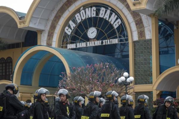 Nhân viên an ninh tập trung trước ga Đồng Đăng (Lạng Sơn, Việt Nam), nơi nhà lãnh đạo Triều Tiên Kim Jong-Un dự kiến sẽ đến.