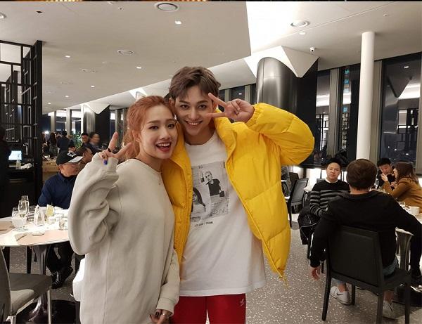 Queen và Roy – 2 idol Kpop người Việt đăng bức ảnh chia sẻ vui mừng sau đêm debut, họ cho biết sắp tới sẽ đến quảng bá và trình diễn tại Việt Nam.