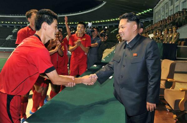 Chủ tịch Kim Jong-un là fan bự của Manchester United - 1
