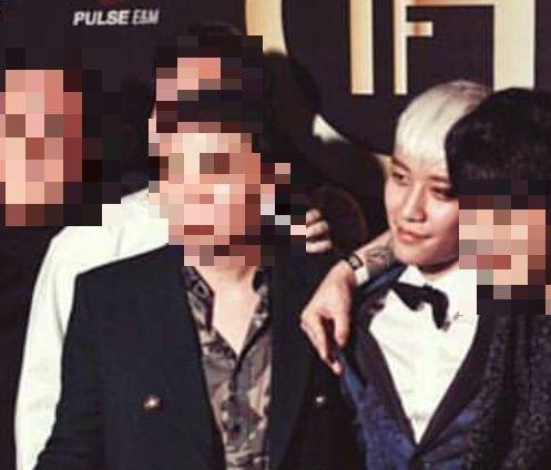 Seung Ri chụp ảnh cùng các đối tác kinh doanh.