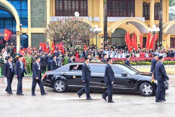 Dàn cận vệ vest đen nhanh như đạn hộ tống ông Kim Jong-un đến Việt Nam - 2