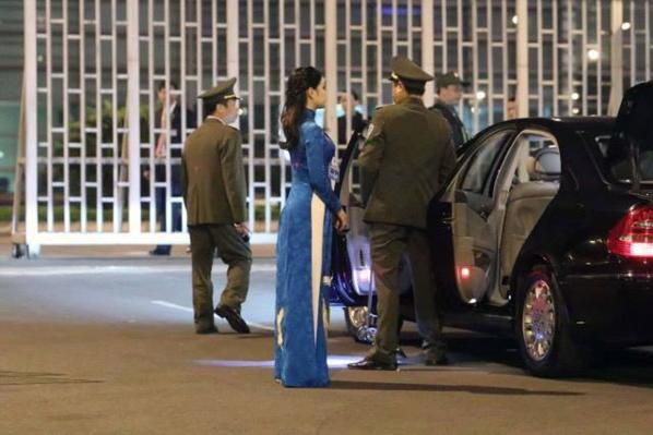 Nữ sinh mặc áo dài xanh tặng hoa Tổng thống Donald Trump là ai? - 1