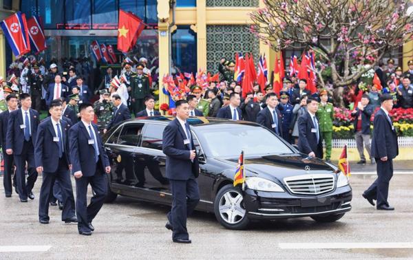 Dàn cận vệ quây thành vòng tròn quanh xe của lãnh đạo Triều Tiên.