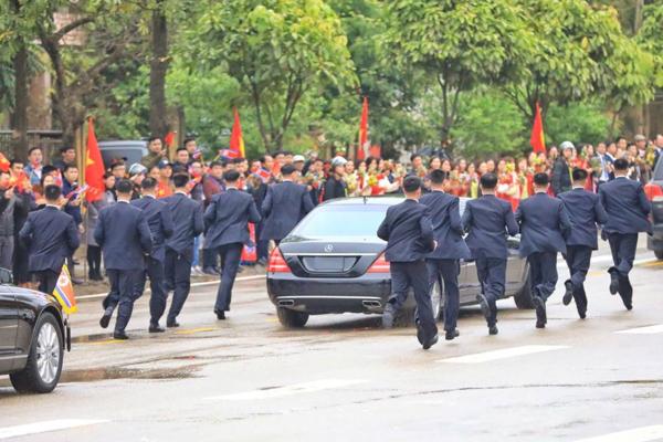 Dàn cậnvệ chạy theo xe ông Kim Jong-un,.