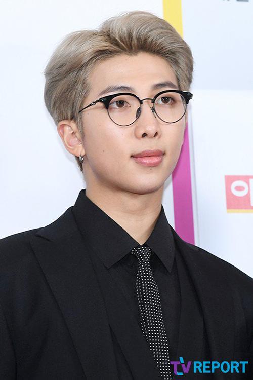 Chiếc kính rất phù hợp với hình tượng người phát ngôn của RM.