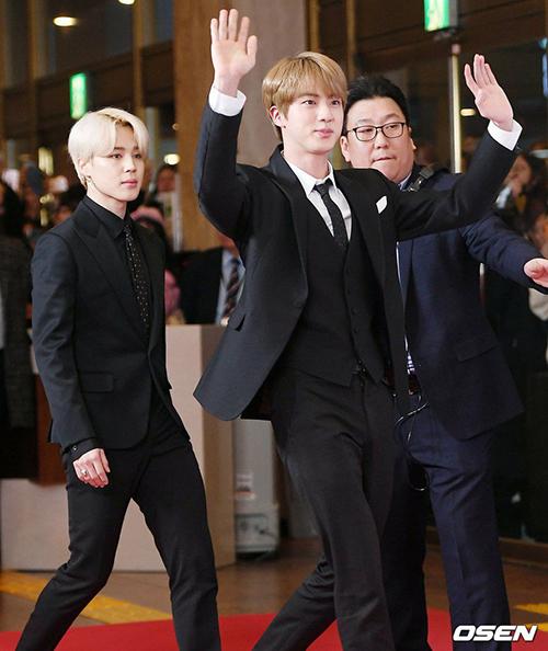 Jin vừa bước vào thảm đổ vừa vẫy tay chào ra dáng ngài Chủ tịch. Anh chàng luôn là cây hài của nhóm mỗi khi tham gia sự kiện.