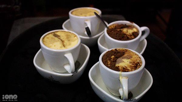Nhữngly cà phê trứng béo ngậy.