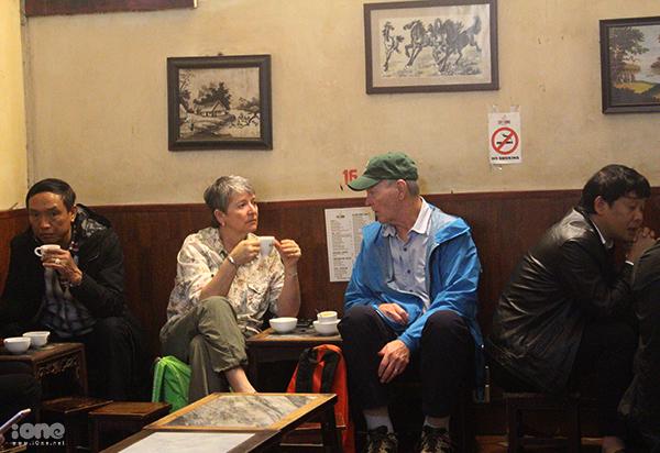 Nhiều du khách nước ngoài thưởng thức cà phê trứng ở Giảng.