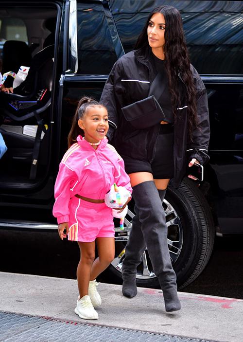 Ở tuổi lên 5, North West được xem là một bản sao hoàn hảo của mẹ. Cô nhóc để tóc đen dài, thường xuyên buộc đuôi ngựa cao, ăn mặc theo phong cách cá tính và có chút gợi cảm.