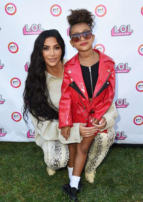 North West thường xuyên ăn mặc, trang điểm, làm tóc cầu kỳ, đặc biệt là khi đi cùng mẹ.