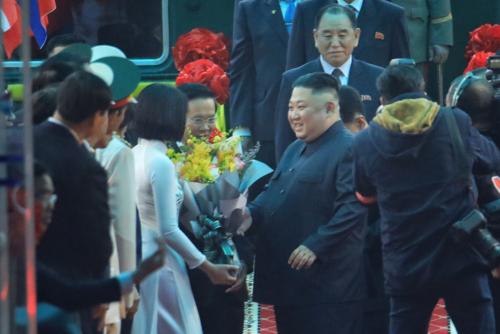 Nữ sinh may mắn được đại diện tặng hoa cho ông Kim khi vừa xuống sân ga Đồng Đăng (Lạng Sơn). Ảnh: Hữu Khoa