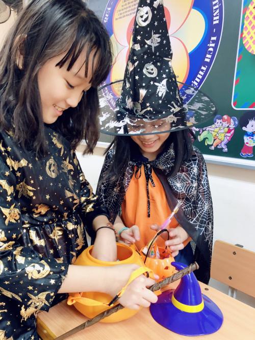 Cô bé tích cực tham gia các hoạt động ngoại khóa, cùng bạn chuẩn bị cho lễ hội Halloween.