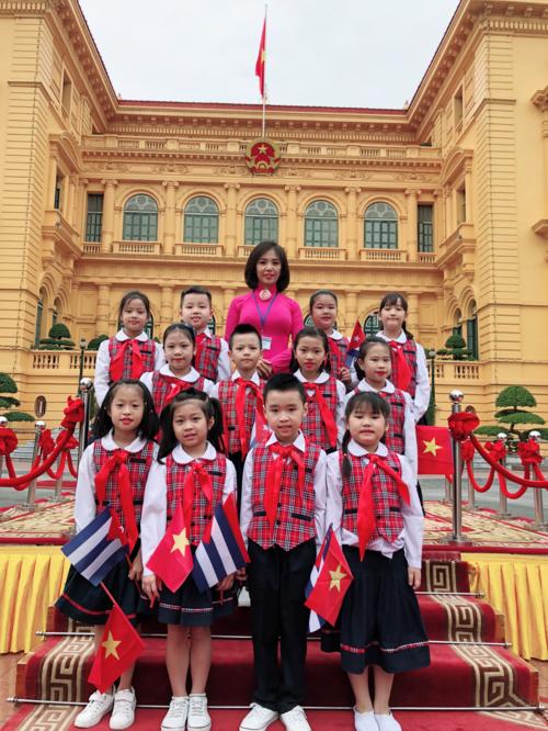 Khánh An (trên cùng bên phải) cùng các bạn tham gia đón đoàn Chủ tịch Cuba sang thăm Việt Nam tại Phủ Chủ tịch ngày 9/11/2018.