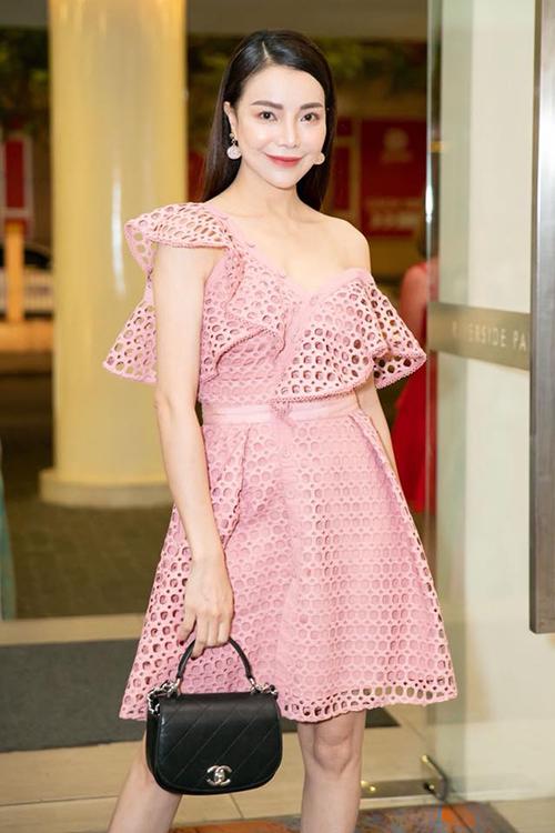 Chiếc váy này cũng được Trà Ngọc Hằng mặc cách đây ít ngày. Không ít người cho rằng đôi bạn thân đã chọn cách một người sắm, hai người mặc để tiết kiệm trang phục tối đa.