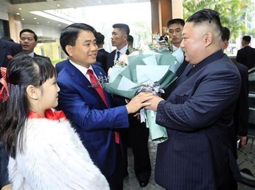 Cô bé xinh xắn vinh dự được tặng hoa cho ông Kim Jong-un. Ảnh: VGP