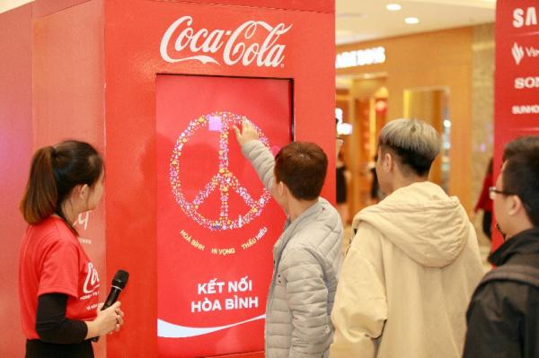 Chỉ cần chạm tay vào màn hình, di chuyển để làm sáng lên biểu tượng hòa bình, người dùng sẽ nhận được phần thưởng là lon Coca-Cola phiên bản giới hạn.