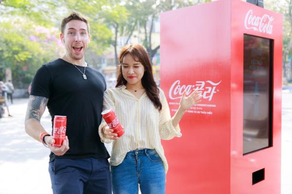 Đây là lần đầu tiên Coca-Cola quyết định đột phá khi thay đổi cách thể hiện của logo bằng hai ngôn ngữ.