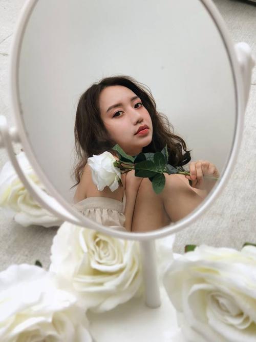 Đạo cụ chụp ảnh là một chiếc gương và vài bông hoa trang trí mang về từ bữa tiệc sinh nhật.