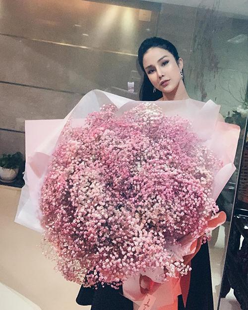 Diệp Lâm Anh khoe được tặng bó hoa còn to hơn người.