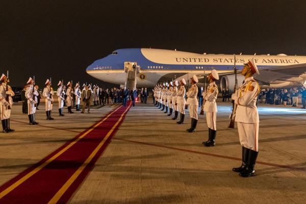 Chuyên cơ chở Tổng thống Mỹ đáp xuống sân bay Nội Bài.