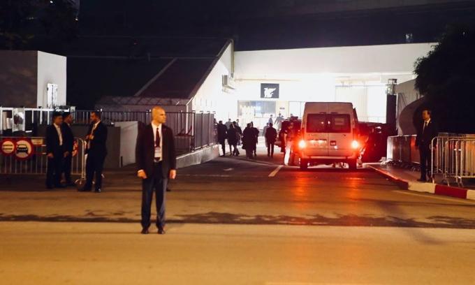 <p> Trước khi Tổng thống Trump trở về khách sạn từ bữa tối với ông Kim, lực lượng an ninh Mỹ đã kiểm tra kỹ các lối vào.</p>