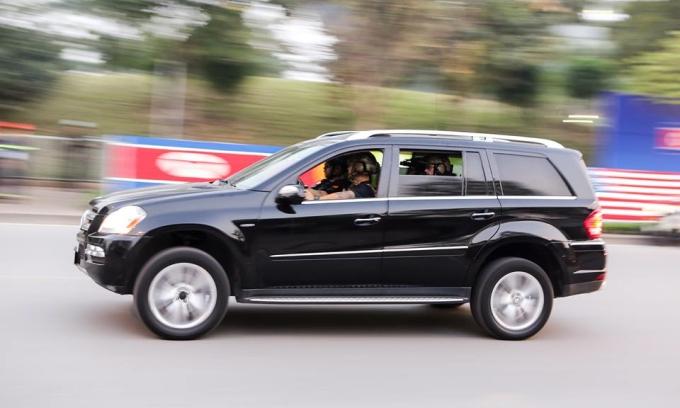 <p> Xe chở mật vụ trong đoàn hộ tống Tổng thống Mỹ trên đường phố Hà Nội.</p>