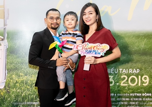 Đến chúc mừng đoàn phim có nhiều đồng nghiệp thân thiết. Đạo diễn Huỳnh Đông và vợ con rạng ngời trong ngày ra mắt thành phẩm do mình ấp ủ.