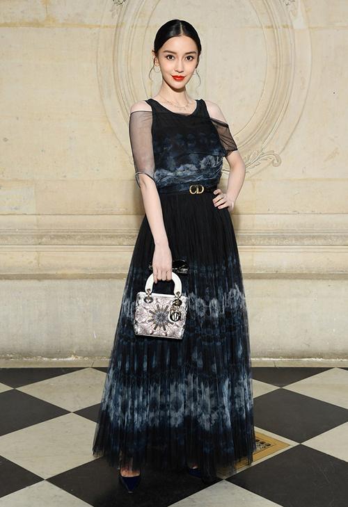 Đến tham dự show Dior thuộc khuôn khổ Paris Fashion Week chiều 26/2, Angelababy thu hút sự chú ý của truyền thông với nhan sắc rực rỡ. Cô diện cả bộ trang phục từ váy đến phụ kiện đều của nhà mốt này.