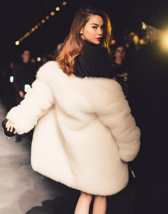 <p> Cả bộ cánh của người đẹp đều đến từ thương hiệu Saint Laurent, trong đó riêng chiếc áo khoác lông trắng có giá 300 triệu đồng.</p>