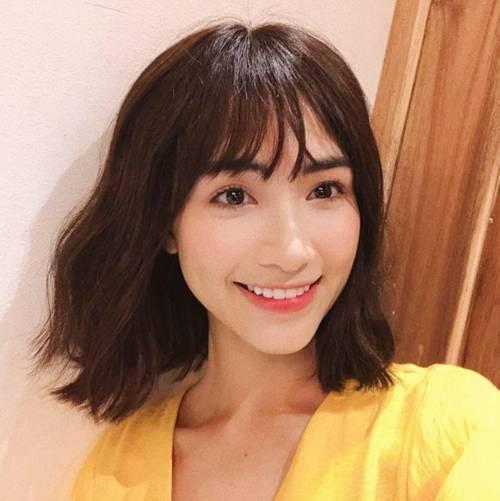 Có đôi lần nữ ca sĩ cũng thử nghiệm tóc ngắn và đều khiến người hâm mộ thích thú. Sở hữu gương mặt thanh thoát với đường nét hài hòa, Hòa Minzy hầu như để kiểu tóc nào cũng hợp.