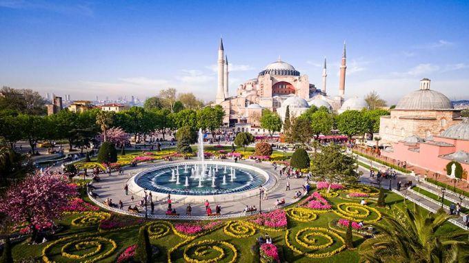 <p> <strong>Istanbul, Thổ Nhĩ Kỳ</strong></p> <p> Thủ đô của đất nước này được biết đến với địa danh vừa cổ kính vừa hiện đại. Nơi đây đang mọc lên những khu phức hợp công năng phục vụ nhu cầu về văn hóa, giải trí của người dân bản địa và du khách.</p>