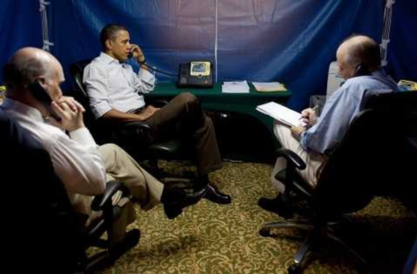 Tổng thống Mỹ Barack Obama cùng các quan chức thảo luận về tình hình không kích tại Libya năm 2011, trong chiếc lều an ninh, dựng tại khách sạn ở Brazil. Ảnh: Nhà Trắng