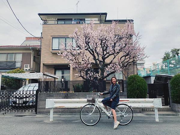 Văn Mai Hương đạp xe dạo chơi Nhật Bản trong thời tiết sang xuân, hoa anh đào nở rộ.