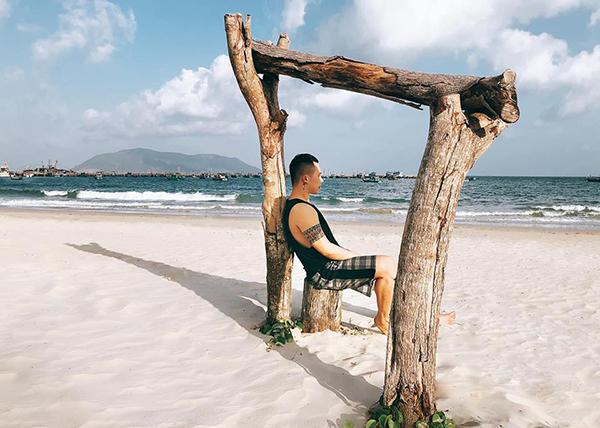 Vũ Khắc Tiệp đi biển để nghỉ xả hơi trước khi bắt đầu những ngày bận rộn chuẩn bị cho Đêm hội chân dài 12.