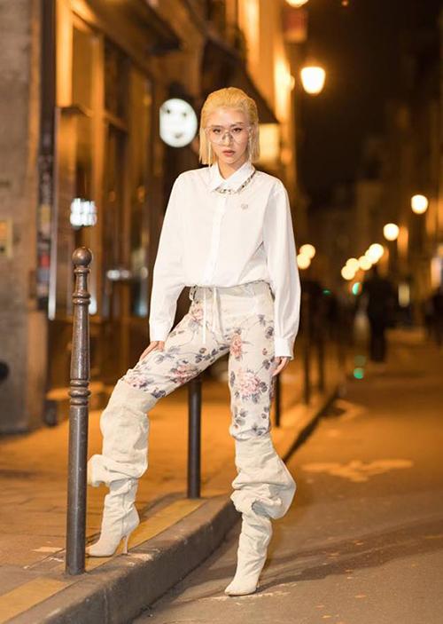 Quỳnh Anh Shyn diện đồ độc đáo trong lần đầu tham dự Paris Fashion Week để xem show của Kenzo.