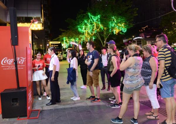 Nhiều người xếp hàng chờ sở hữu chiếc lon phiên bản song ngữ Anh - Hàn.