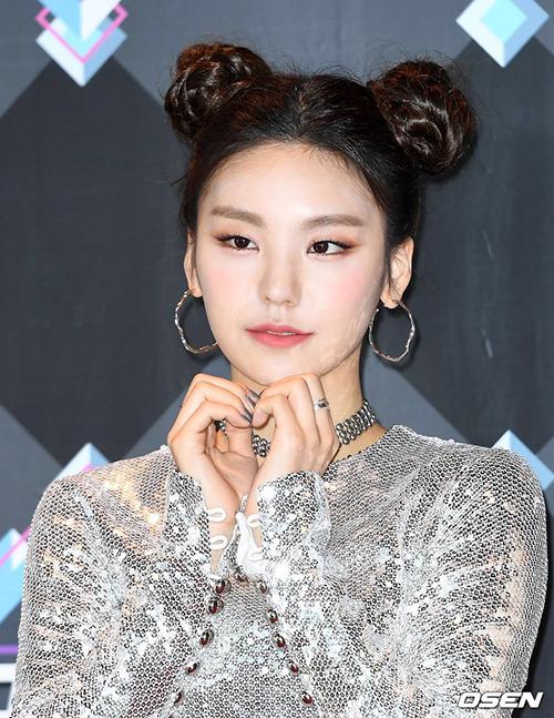 Các stylist đã dùng nhiều phấn sáng ở vùng chữ T,quên tán đều màu xuống phần cổ của Yeji.