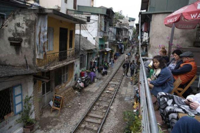 <p> Theo <em>Koreatimes,</em>Việt Nam đã vươn lên từ đống tro tàn của nhiều thập kỷ chiến tranh. Trong ảnh, một đoạn đường ray xuyên phố.</p>