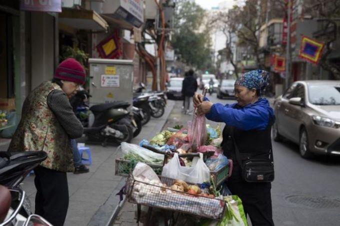 <p> Một người bán hàng rong ở Hà Nội, Việt Nam.</p>